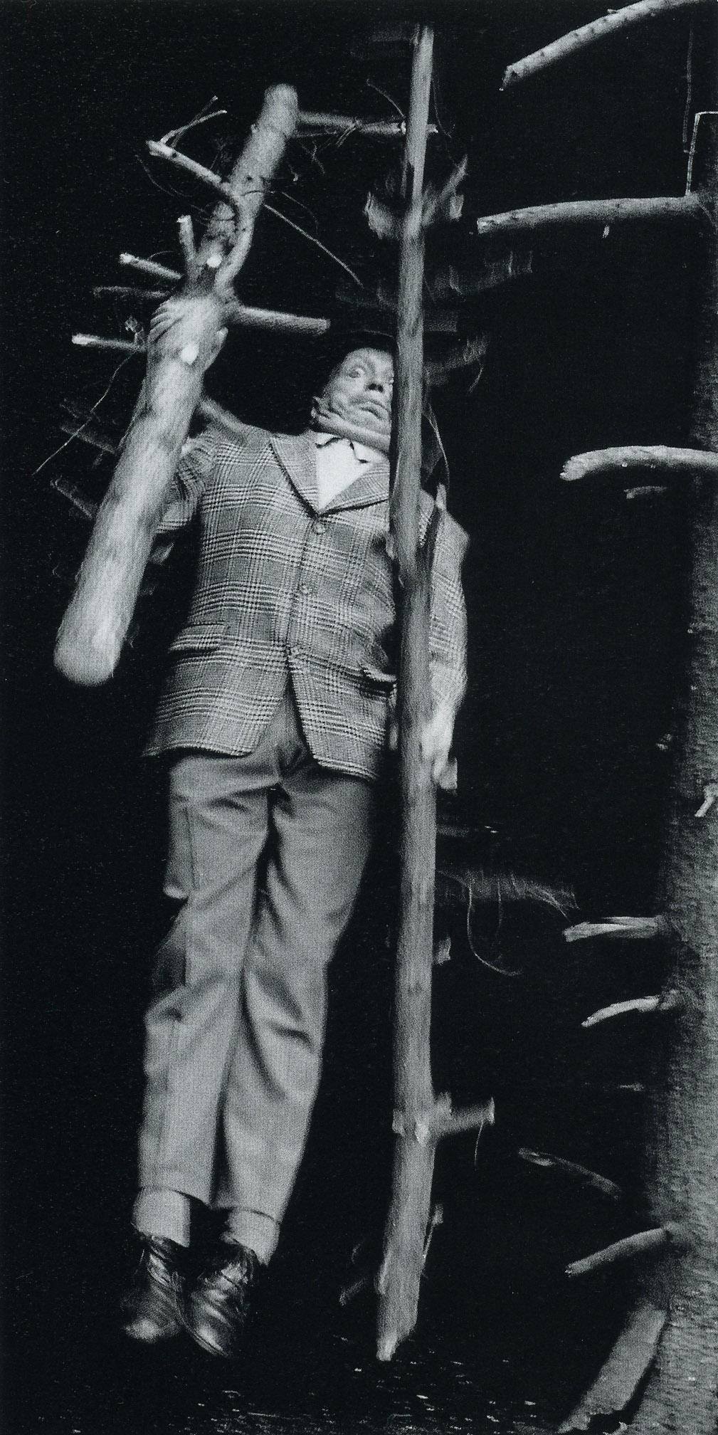 """Anna & Bernhard Blume, aus der Serie """"Im Wald – Metaphysik ist Männersache III"""", analog fotografiert, 1989–1991"""