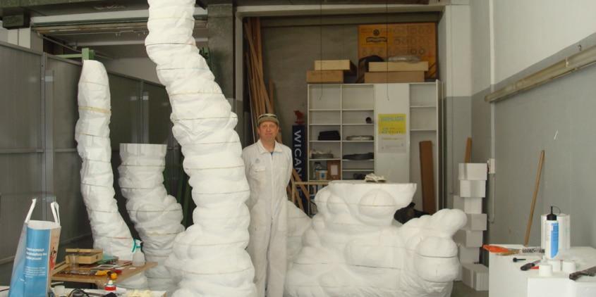 Max Grüter im Atelier beim Bau der Aussenplastik «Bubentraum», Juni 2008. Foto: Gaspare Honegger