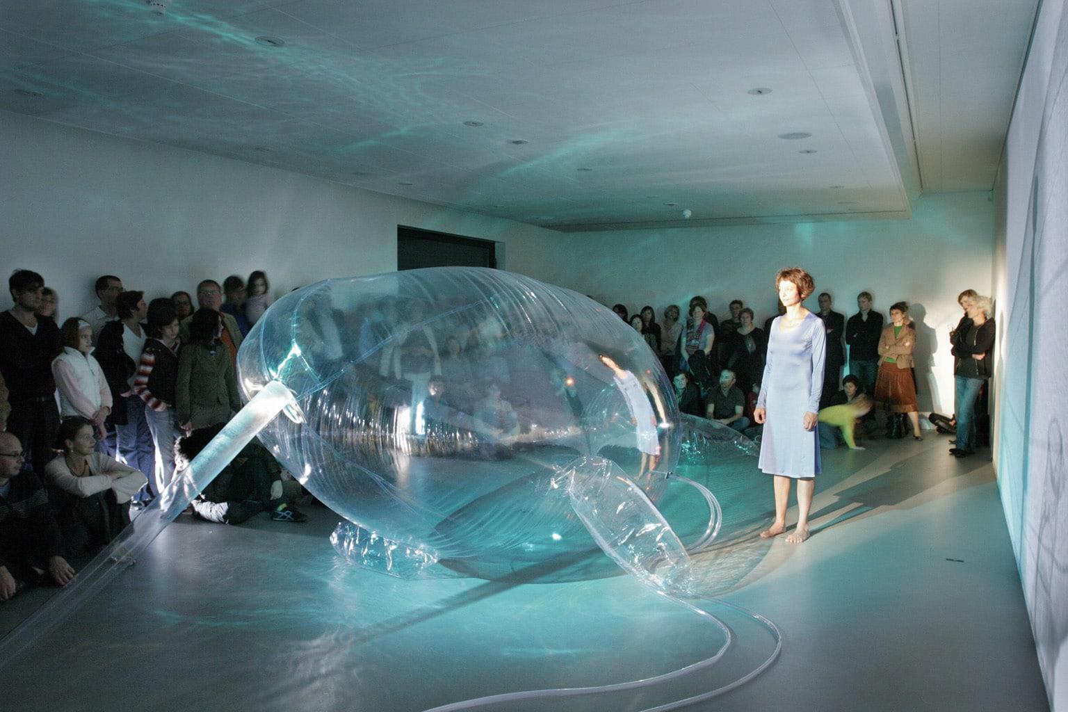 Victorine Müller, Performance «Narwal» im haus für Kunst Uri, 20.10.2006, Foto: Michael Lio; courtesy V. Müller
