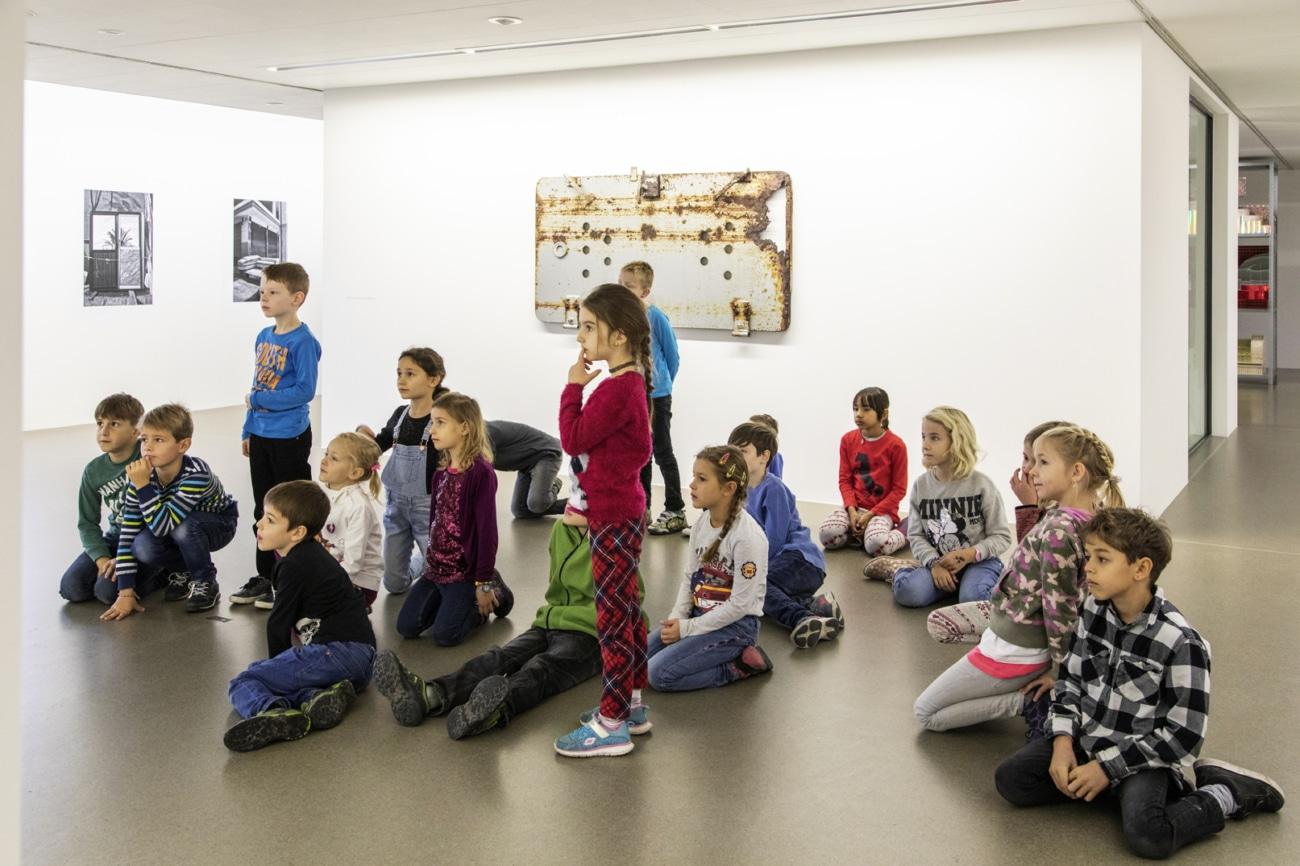 Schüler betrachten Bild_Kunstvermittlung