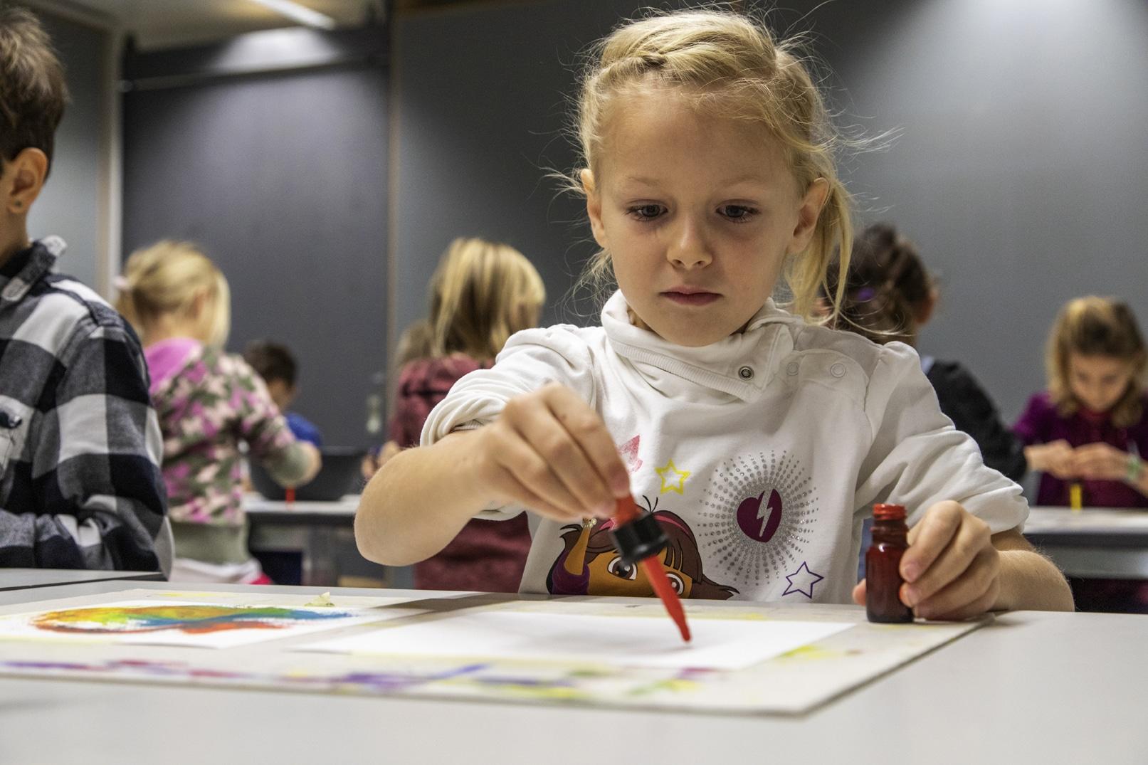 Kind mit Pipette am Malen_Kunstvermittlung